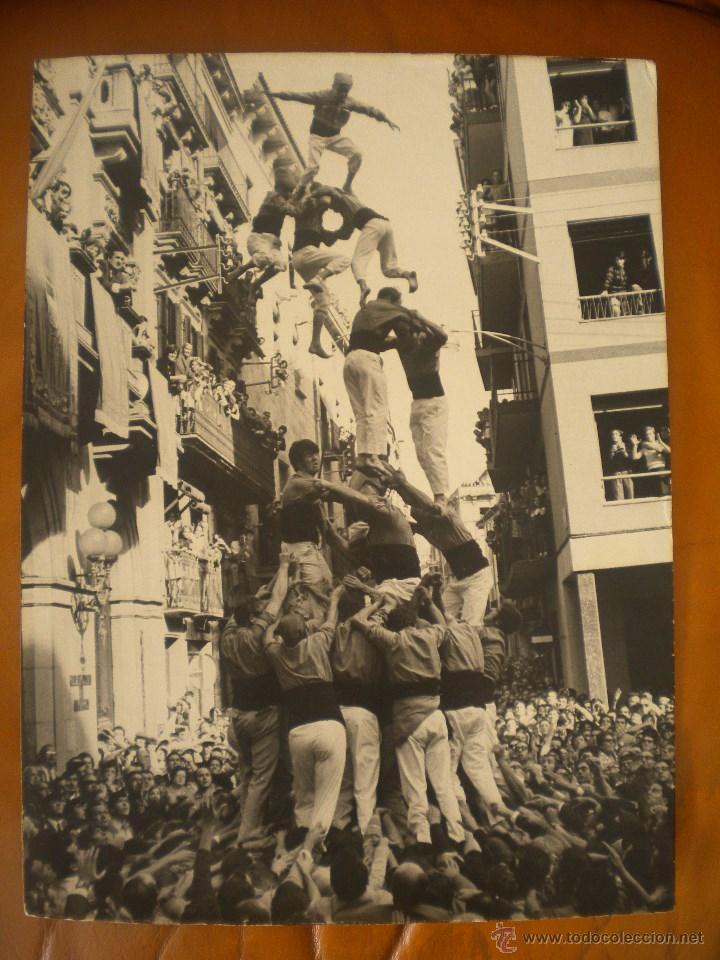 FOTOGRAFIA INEDITA DE ENRIC REVOLTOS DENSDAD, CASTELLERS DE VALLS 1969 TORRE DE VUIT AMB FOLRE (Fotografía - Artística)
