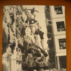 Fotografía antigua: FOTOGRAFIA INEDITA DE ENRIC REVOLTOS DENSDAD, CASTELLERS DE VALLS 1969 TORRE DE VUIT AMB FOLRE. Lote 55039765