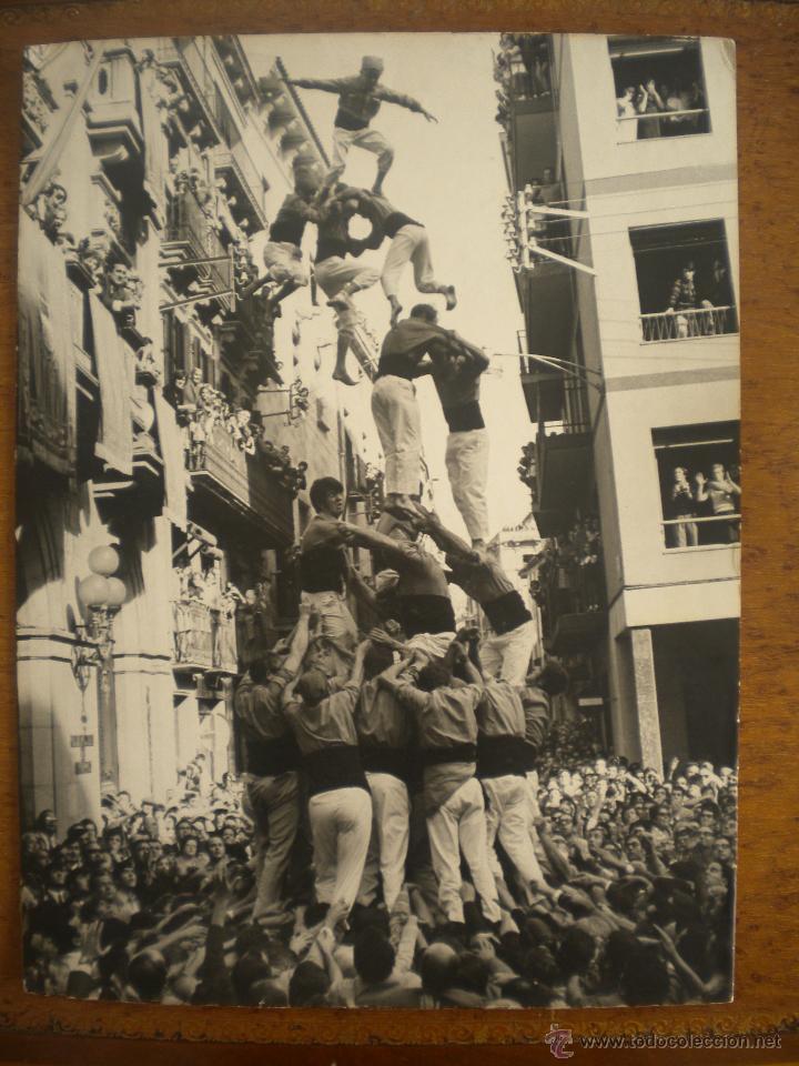 Fotografía antigua: FOTOGRAFIA INEDITA DE ENRIC REVOLTOS DENSDAD, CASTELLERS DE VALLS 1969 TORRE DE VUIT AMB FOLRE - Foto 2 - 55039765