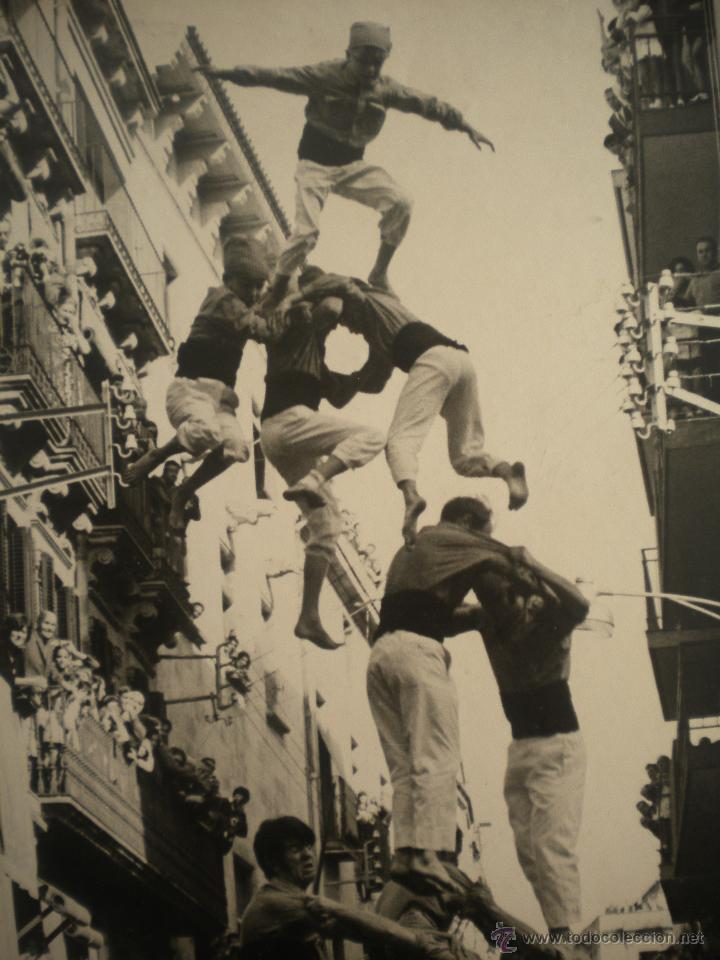 Fotografía antigua: FOTOGRAFIA INEDITA DE ENRIC REVOLTOS DENSDAD, CASTELLERS DE VALLS 1969 TORRE DE VUIT AMB FOLRE - Foto 3 - 55039765