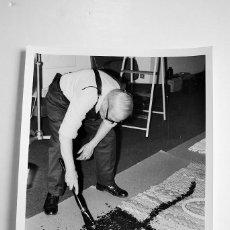 Fotografía antigua: JOAN MIRÓ EN SU TALLER. AÑO 70'. FOTOGRAFÍA DE ANTONIO ORZAEZ.. Lote 55047911