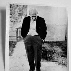 Fotografía antigua: JOAN MIRÓ EN SU TALLER. AÑO 70'. 2 FOTOGRAFÍAS DE ANTONIO ORZAEZ.. Lote 55048228