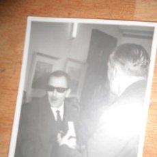 Fotografía antigua: PINTOR CERNUDA CON SUS CUADROS FOTO ANTIGUA PINTURA ALICANTINA. Lote 55064000