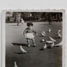 Fotografía antigua: NIÑO EN UN PARQUE CON PALOMAS. 7 X 9 CM. AÑOS 40. Lote 55342263