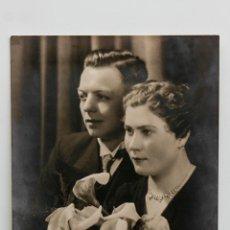 Fotografía antigua: RETRATO DE UN MATRIMONIO AÑOS 40 EN EL DÍA DE SU BODA. 12 X 16,5 CM.. Lote 55353923