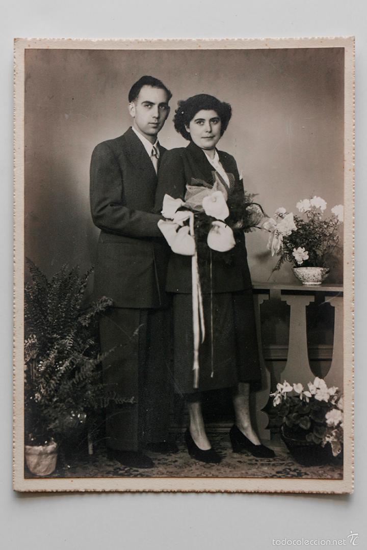 RETRATO DE BODA, FOTO SOBRE CARTÓN DE MATRIMONIO DE LOS AÑOS 40. 12 X 16 CM (Fotografía - Artística)