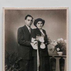Fotografía antigua: RETRATO DE BODA, FOTO SOBRE CARTÓN DE MATRIMONIO DE LOS AÑOS 40. 12 X 16 CM. Lote 55359870