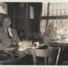 Fotografía antigua: CHARLA EN EL CAFÉ GIJÓN, MADRID. ANTONIO LARA DE GAVILÁN, TONO. 29 ENE 1970. FOTÓGRAFO SANZ BERMEJO.. Lote 55388374
