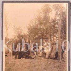 Fotografía antigua: FOTOGRAFIA 18X12 CMS ·· AÑOS 1930 - 1940 ·· GRUPO DE 8 PERSONAS EN EL CAMPO. Lote 55984282