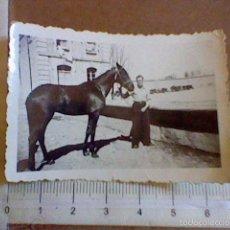 Fotografía antigua: FOTO HOMBRE CABALLO AÑOS 30 / 40 AL FONDO ANTIGUOS TRACTORES RADIOS. Lote 56150210
