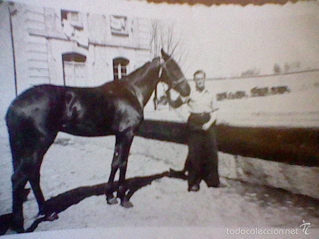 Fotografía antigua: foto hombre caballo años 30 / 40 al fondo antiguos tractores radios - Foto 3 - 56150210