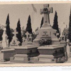 Fotografía antigua: FOTOGRAFÍA DE CEMENTERIO, FAMILIA LOPEZ CASAL, MEDIDAS 14X9 CM. Lote 56557059