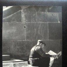 Fotografía antigua: JOSE OLIVERAS COSTA FOTOGRAFÍA 24 X 18 CM. TITULADA MIENTRAS NO HAY CLIENTES.. Lote 57000038
