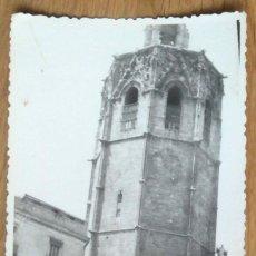Fotografía antigua: VALENCIA - SEÑOR EN SILLA DE RUEDAS JUNTO AL MIGUELETE. Lote 57099811
