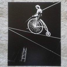 Fotografía antigua: EQUILIBRISTA EN BICICLETA -- 50 X 60 CM -- CIRCO -- HOLANDA, 1966 -- CON SELLO DE COPYRIGHT --. Lote 57324335