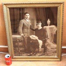 Fotografía antigua: ANTIGUA FOTO CON MARCO DE MADERA DE UN MATRIMONIO, GRAN TAMAÑO 67 X 57 CM. Lote 58051429