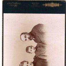 Fotografía antigua: CURIOSA FOTOGRAFÍA DE GRUPO FAMILIAR. FOTÓGRAFO M. ALVIACH. MADRID. 22 X 3,50 CM. Lote 58132966
