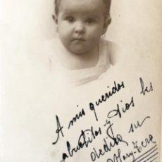 Fotografía antigua: FOTO CARTON 1938 JAIME SAN SEBASTIAN NIÑA PEQUEÑA DEDICADA BLANCO Y NEGRO 14X9CM. Lote 58363730