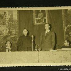 Fotografía antigua: FOTOGRAFIA REY JUAN CARLOS PRINCIPE ESPAÑA ASTURIAS VISITA OFICIAL EL ESCORIAL CLERIGOS 11,5X17,5CMS. Lote 58378719