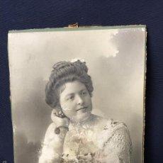 Fotografía antigua: FOTO SEÑORA POSANDO SOBRE COLUMNA MANTON MANILA JOYAS FOT NO IDENTIFICADO 22,8X16,5N CMS. Lote 58484343