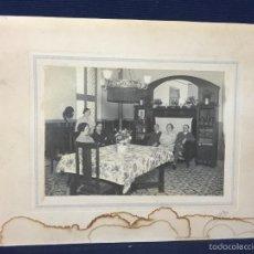 Fotografía antigua: FOTO INTERIOR COMEDOR CASA AÑOS 20 30 MOBILIARIO FERRIZ FOT 21X26,5CMS. Lote 58514737