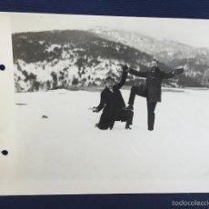 Fotografía antigua: FOTO AMIGOS EN SIERRA NEVADA BOLAS NIEVE GRANADA MONTAÑA GRANITO MADRID PPIO SXX 17X24CMS. Lote 58584660