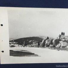 Fotografía antigua: FOTO AMIGOS EN SIERRA NEVADA BOLAS NIEVE RISAS MONTAÑA GRANITO MADRID PPIO SXX 17X24CMS. Lote 58584689