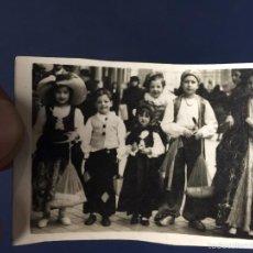 Fotografía antigua: FOTO NIÑOS NIÑAS DISFRACES DISFRAZADOS DISFRAZADAS ESTUDIO LA ESPAÑOLA MADRID PPIOS S XX 5X7,3CMS. Lote 58626551