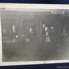 Fotografía antigua: FOTO AMIGOS ASOMADOS VENTANAS EN TREN HENDAYA FRANCIA PPIOS S XX 17X24CMS. Lote 58683899