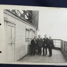 Fotografía antigua: FOTO VISITA AMIGOS VISTA DESDE TORRE EIFFEL 1900 PARIS PPIOS S XX 17X24CMS. Lote 58684594