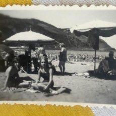Fotografía antigua: FOTO PLAYA DE DEBA / DEVA PLAYA DE SANTIAGO 1960 PAIS VASCO GUIPUZCOA BLANCO Y NEGRO 6X4,2CM. Lote 58708509
