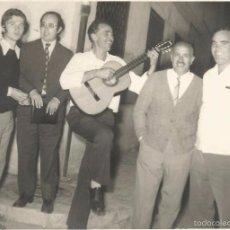 Fotografía antigua: ** P38 - FOTOGRAFIA - GRUPO DE AMIGOS, UNO TOCANDO UNA GUITARRA - 17,5 X 12,5 CM.. Lote 59947947