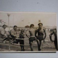 Fotografía antigua: FOTO EN UNA PISCINA. VDA DE E.RIBA BARCELONA. AÑOS 30-40. NEDIDA 11,5X8,5. Lote 60376483