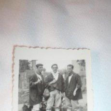 Fotografía antigua: TRES HOMBRES VESTIDOS CON TRAJE REGIONAL. Lote 60924967