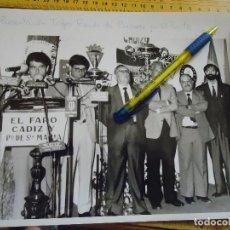 Fotografía antigua: 25X20 FOTOGRAFIA - PRESENTACION DEL TROFEO RAMON DE CARRANZA EN EL PUERTO SANTA MARIA CADIZ . Lote 61557772