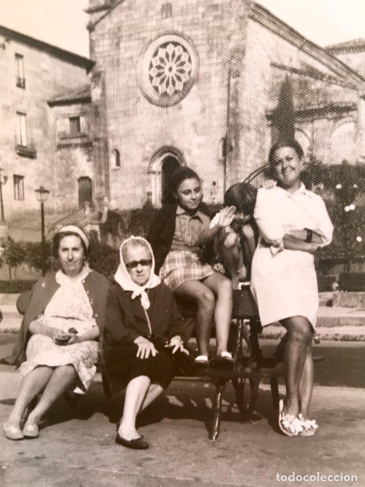 Fotografía antigua: Pontevedra iglesia de San Francisco mujeres en banco 10x17,5 - Foto 2 - 62253600