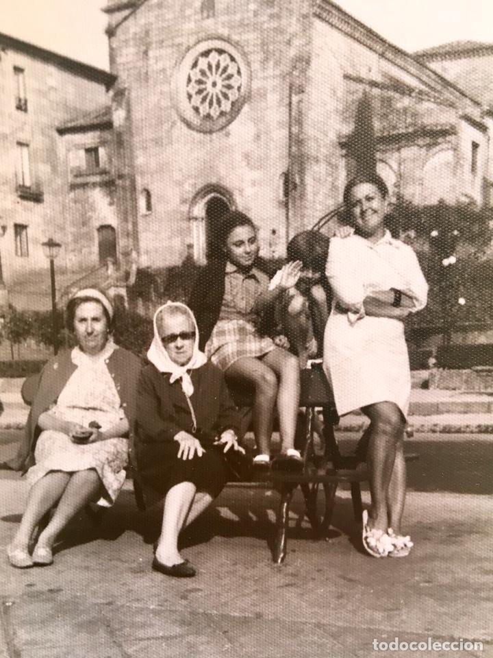 Fotografía antigua: Pontevedra iglesia de San Francisco mujeres en banco 10x17,5 - Foto 4 - 62253600