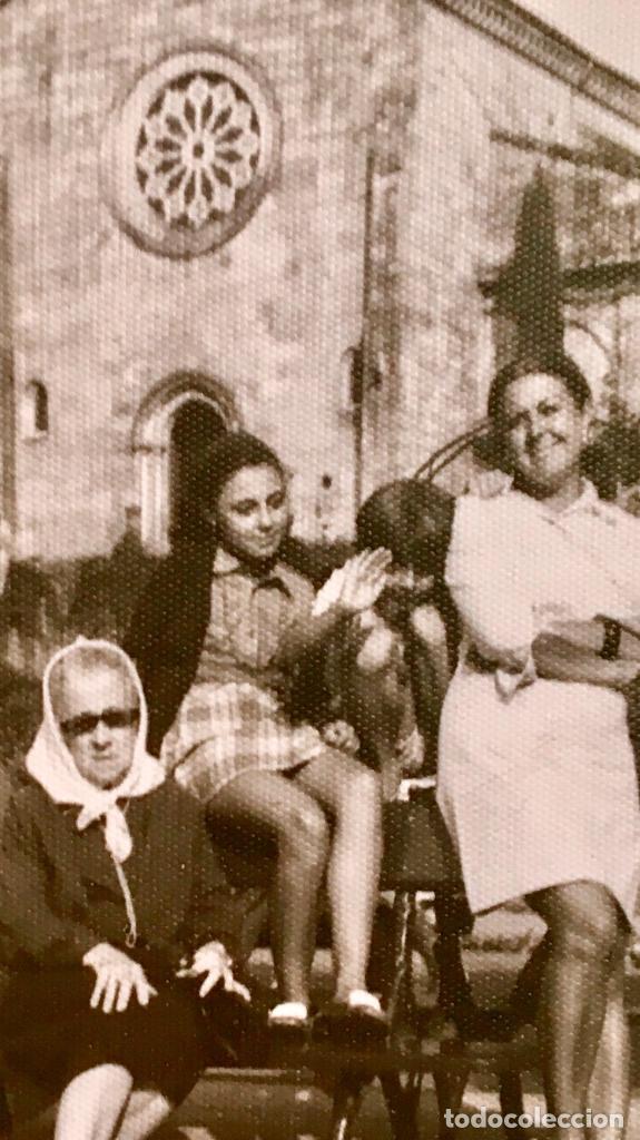 Fotografía antigua: Pontevedra iglesia de San Francisco mujeres en banco 10x17,5 - Foto 6 - 62253600