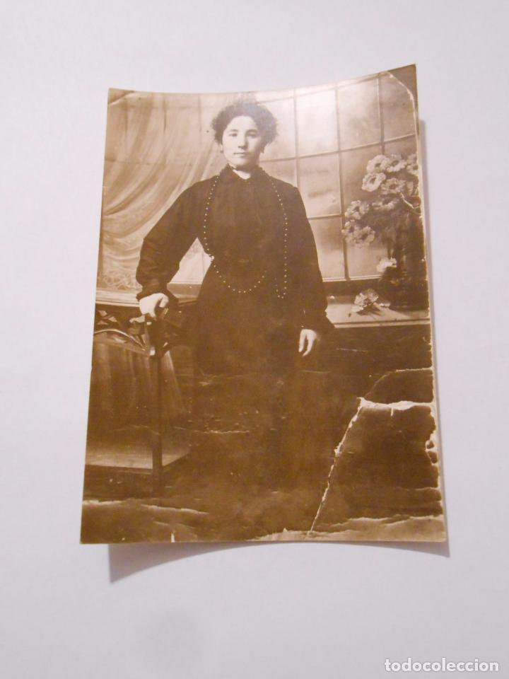 Imagen de una mujer vestida de negro