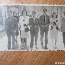 Fotografía antigua: ANTIGUA FOTO FAMILIA EN CALLE EN FIESTAS ALICANTE O MURCIA ?. Lote 63163992