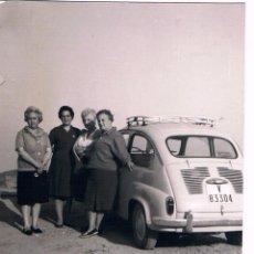 Fotografía antigua: CUATRO MUJERES Y SEAT 600 . Lote 64187987