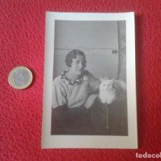 Fotografía antigua: CURIOSA FOTOGRAFIA FOTO PHOTO SEÑORA MUJER CON GATO BLANCO WOMAN WITH CAT VER FOTO/S Y DESCRIPCION I. Lote 64353307