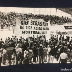 Fotografía antigua: FOTO CICLISMO INDOOR AÑOS 70 SAN SEBASTIAN ADIOS HASTA MONTREAL 1974 CARTEL 12,7X17,7CMS. Lote 64476639