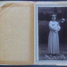 Fotografía antigua: ANTIGUA FOTOGRAFIA DE ESTUDIO, NIÑA VESTIDA DE COMUNION, MEDIDAS 11 X 17 CM, FOTOGRAFO AMER PALMA. Lote 65499498