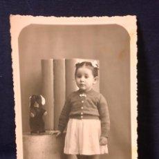 Fotografía antigua: FOTO DEDICADA 1943 NIÑA CON LAZOS Y PERRITO PELUCHE POSANDO CONSTRUCCIONES GEOMETRICAS LEON. Lote 65762978