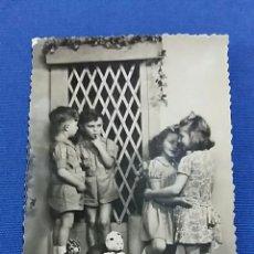 Fotografía antigua: ANTIGUA FOTOGRAFIA. NIÑOS CON JUGUETES. Lote 65832050