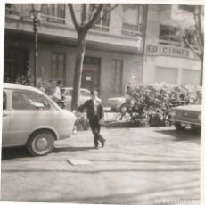 ** B166 - FOTOGRAFIA - JOVEN FALLERO APOYADO EN UN COCHE - RF. B70