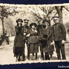 Fotografía antigua: FOTO MILITARES ALFONSO XIII GORRAS PASEANDO CON MUJERES EN PARQUE RETIRO O SIMILAR 8,2X10,8CMS. Lote 66309270