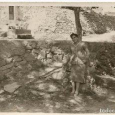 Fotografía antigua: ** AC167 - FOTOGRAFIA - SEÑORA APOYADA EN UN ARBOL - RF. C00. Lote 68374053