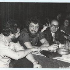 Fotografía antigua: VEYRAT, AMANDO DE MIGUEL Y EVARISTO ACEVEDO. AÑO 1973.. Lote 68883173